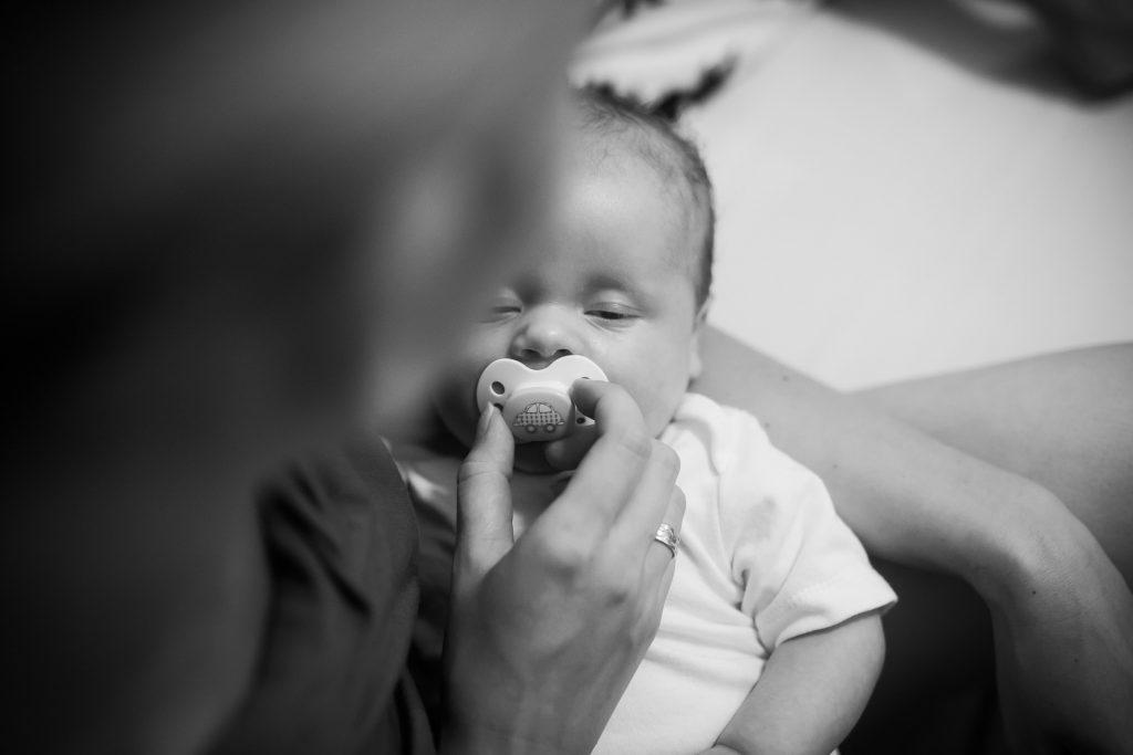 afecto amor materno madre hijo niño bebé chupete sueño